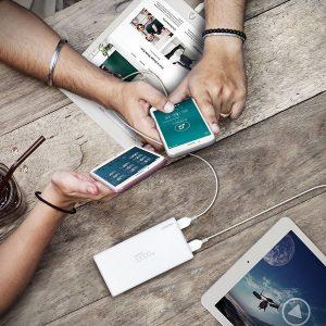 アマゾンタイムセールでLERVING モバイルバッテリー 10000mAh 2USBポートが979円。