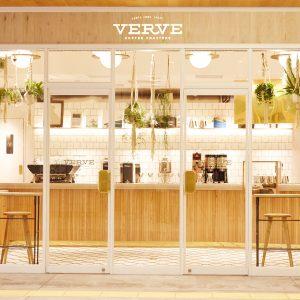 【口コミレビューあり】食べログ3.3の「VERVE COFFEE ROASTERS(ヴァーヴ コーヒー ロースターズ)」新宿店でアイスラテを飲んできた。量が多くてウマイぞ。