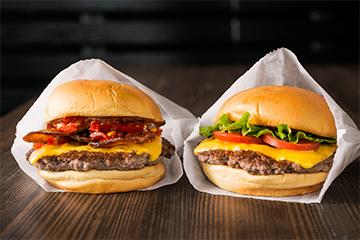 NY発のハンバーガーショップ「シェイク シャック」が新宿に日本4号店OPEN。5/3~5/5は各日先着500名にシュルームバーガーを無料配布予定。