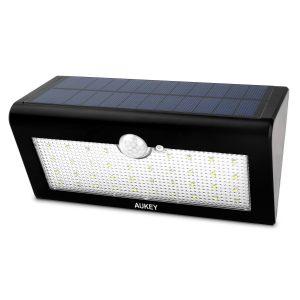 アマゾンでAUKEY 38 LED センサーライト ソーラーライト  LT-SL1が2599円から半額クーポンを配信中。