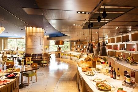 グルーポンでヒルトン東京ベイフォレストガーデンディナーブッフェが3900円。目黒の雅叙園もあり。