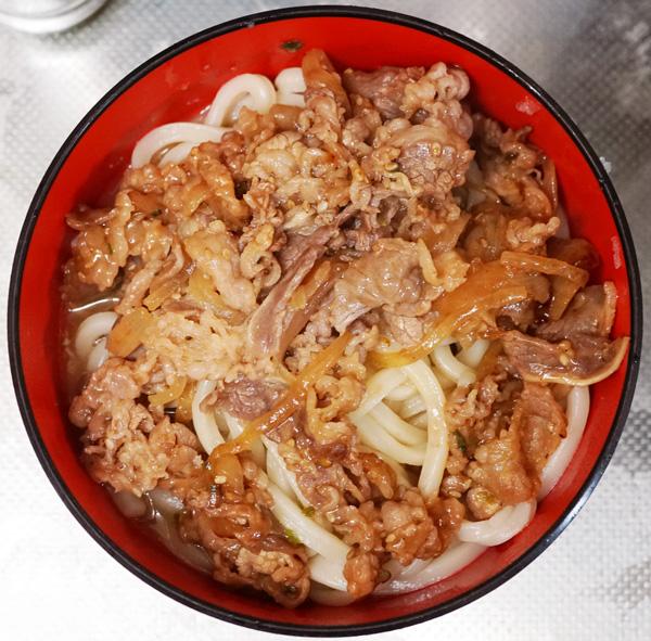 こんぴらやのうどんを茹でてみた。肉ぶっかけうどんにすると美味い。