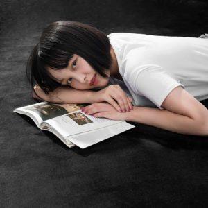 アマゾンで謎の女が寝そべる「OSJ 洗えるラグ 140X200cm」がわずか1331円送料無料。