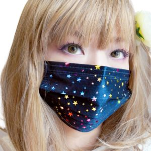 アマゾンでゴミみたいな気持ち悪いマスクが3枚698円程度で販売中。不織布で自作したほうがマシ。
